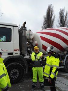 Inspektor Michał Wasilewski (z prawej) w dyskusji nad stanem bezpieczeństwa ruchu betonomieszarki